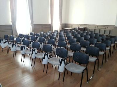 Location chaise conférence avec tablette, attache